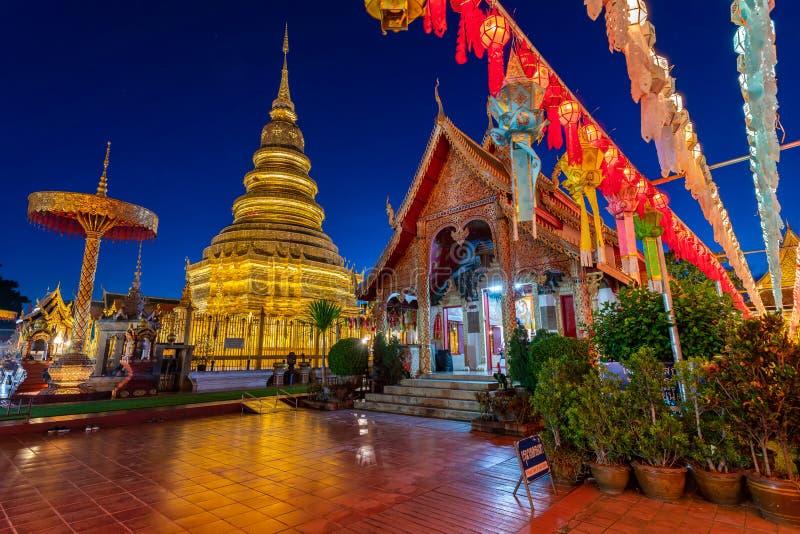 南奔府,泰国骇黎朋猜巨型的金子stupa  库存照片