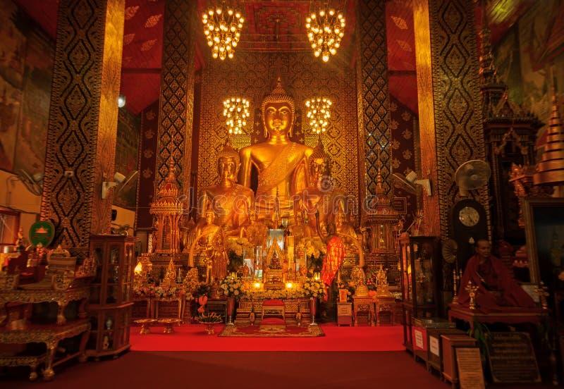 南奔,泰国- 2018年5月20日:在Wat里面Phra佛教圣所的金黄菩萨雕象那个骇黎朋猜寺庙 免版税库存照片