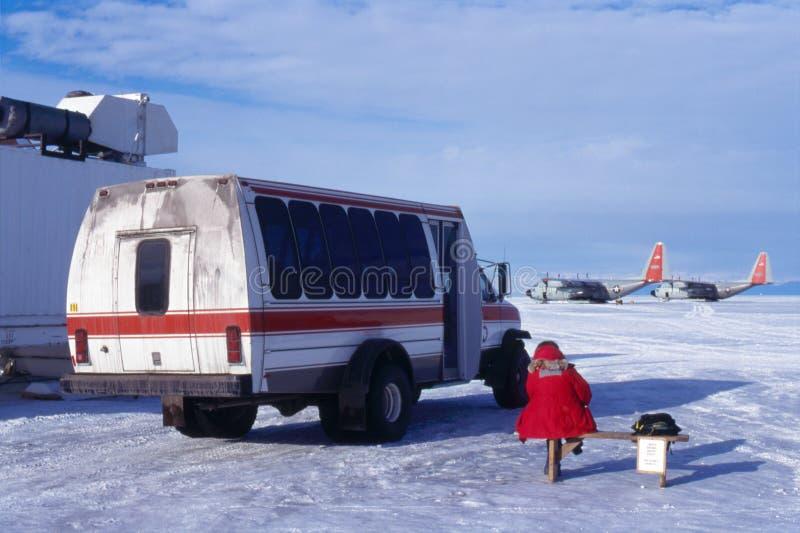 南极洲公共汽车等待 免版税库存照片