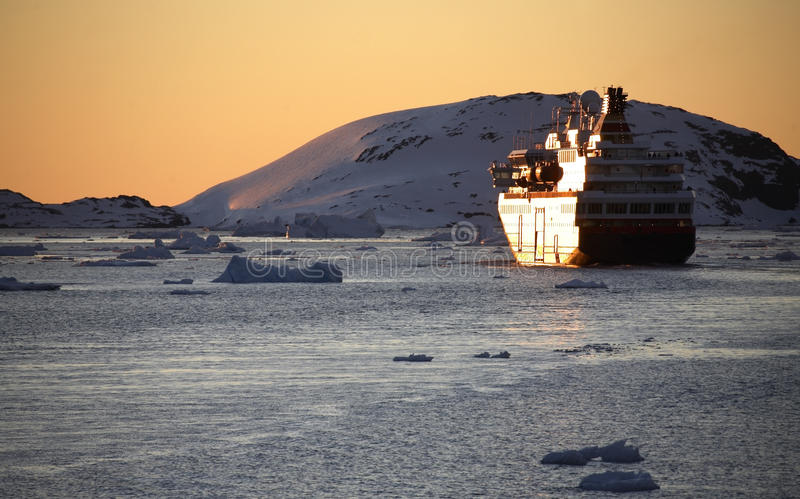 南极洲小船白夜游人 免版税库存照片