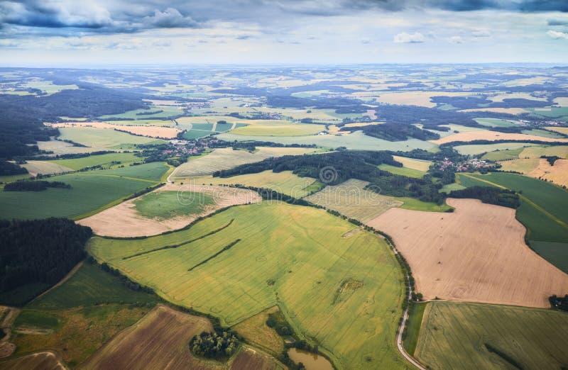 南漂泊风景鸟瞰图与领域、森林和剧烈的天空的在捷克 库存照片