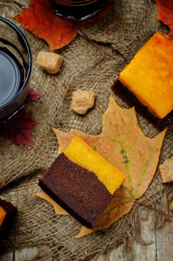 南瓜与杯的巧克力蛋糕果仁巧克力咖啡 库存照片