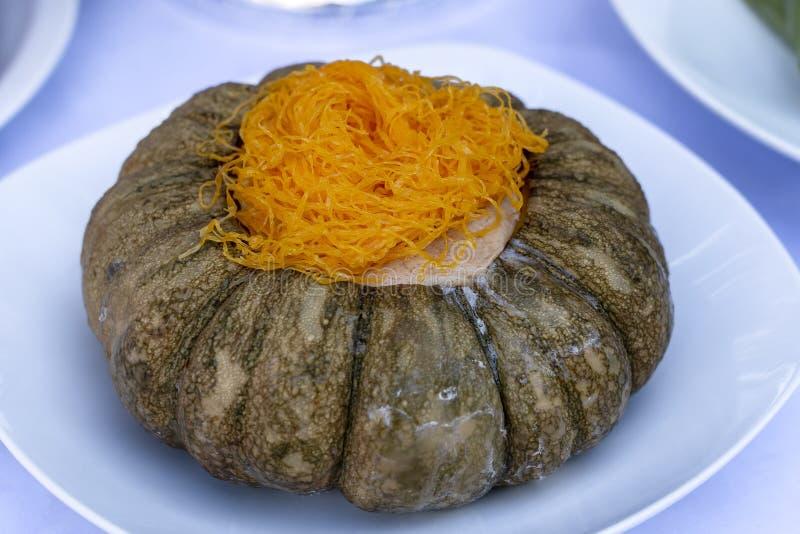 南瓜乳蛋糕 泰国传统点心 与糖,椰奶,pandan混合鸡蛋并且倾吐准备的南瓜和蒸汽 库存图片