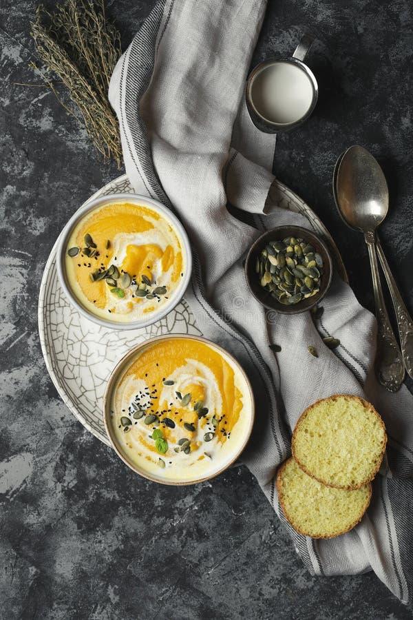 南瓜奶油色汤用扁豆和南瓜籽 免版税库存图片