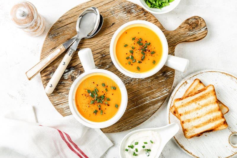 南瓜或红萝卜或者地瓜菜汤 免版税库存图片