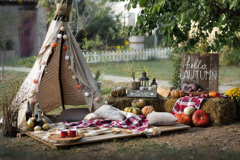 南瓜收获  葡萄酒在室外秋天的场面的铁灯笼 秋天与灯笼和南瓜的葡萄酒装饰 免版税库存照片