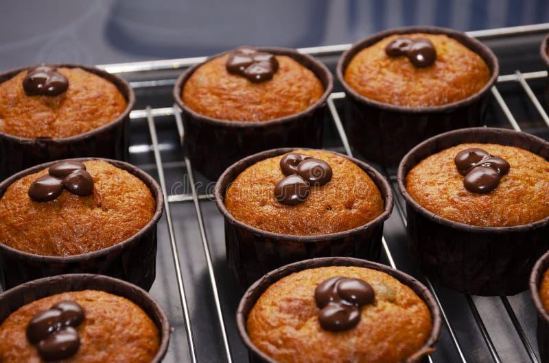 南瓜松饼用在机架的巧克力冷却的 免版税库存图片