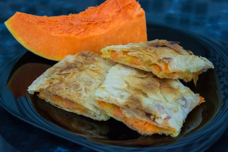 南瓜果馅奶酪卷,南瓜饼,胡桃南瓜,传统欧洲点心 免版税图库摄影