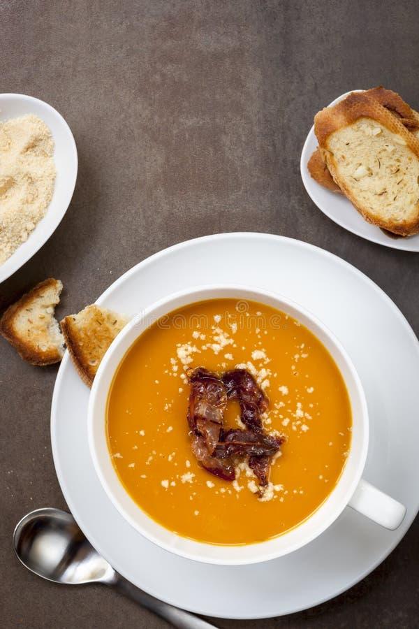 南瓜汤有Pancetta巴马干酪和蒜味面包顶视图 免版税库存照片