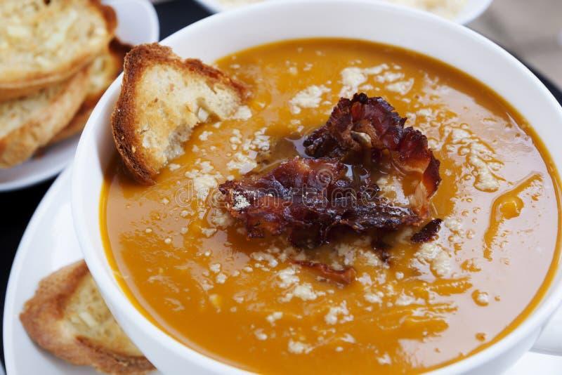 南瓜汤用Pancetta巴马干酪和蒜味面包 免版税图库摄影