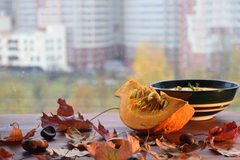 南瓜汤秋天食物槭树叶子秋天窗台静物画 免版税库存照片