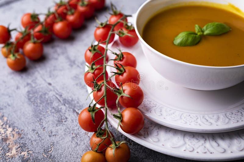 南瓜汤,与南瓜籽的奶油色汤 库存照片