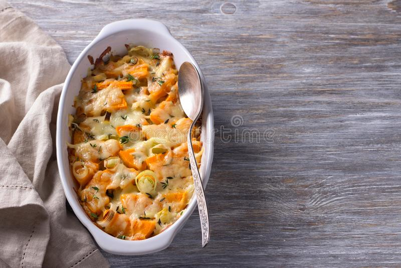 南瓜焦干酪用韭葱、麝香草和乳酪在灰色背景 免版税库存照片