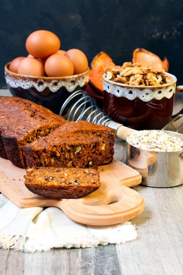 南瓜燕麦和螺母茶面包 免版税库存照片