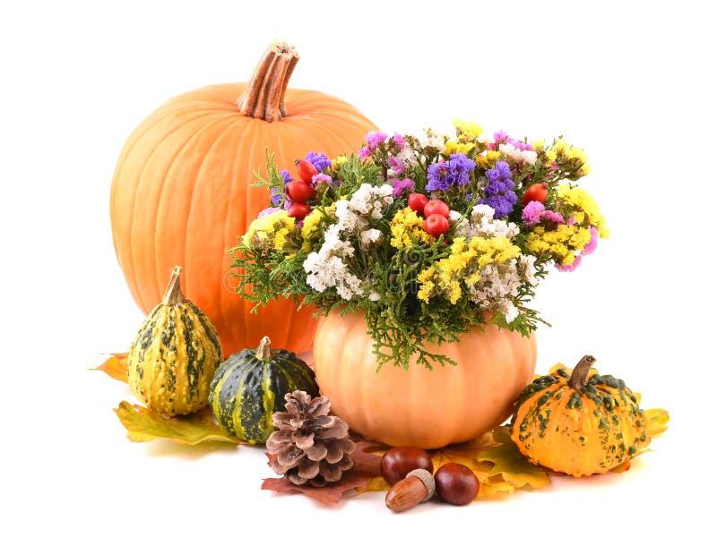 南瓜花瓶和秋天花为假日 免版税库存照片