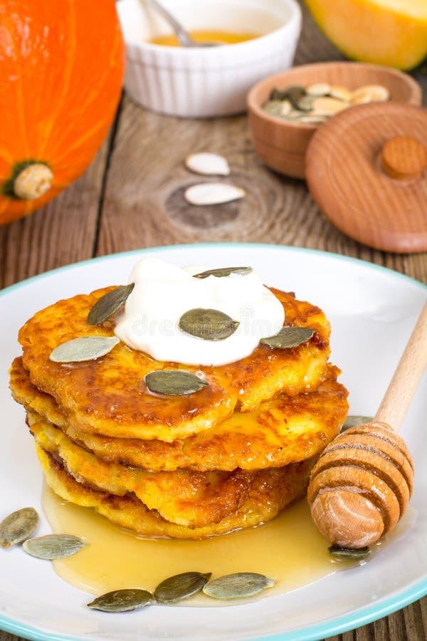 南瓜薄煎饼用蜂蜜和种子 免版税图库摄影