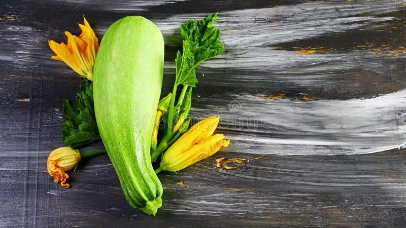 南瓜骨髓夏南瓜 农业新鲜市场产品蔬菜 在一张黑木桌上 平的位置 复制空间 免版税库存图片