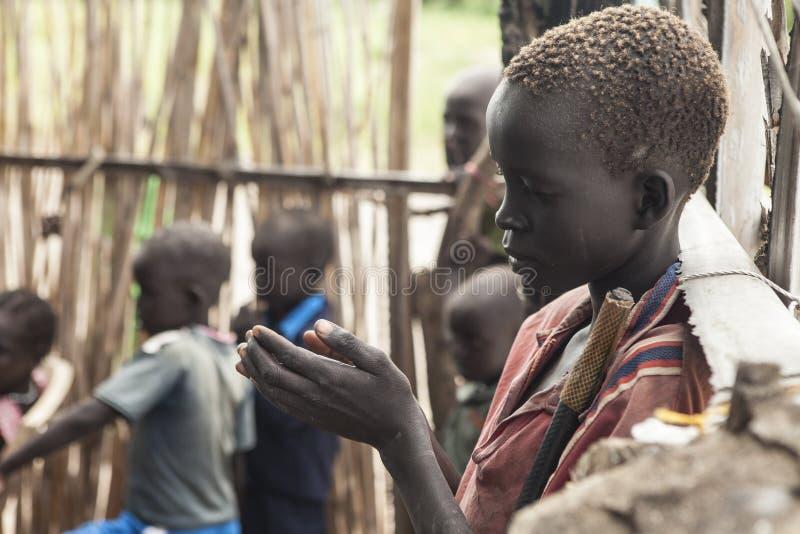 南苏丹人儿童祈祷 库存照片