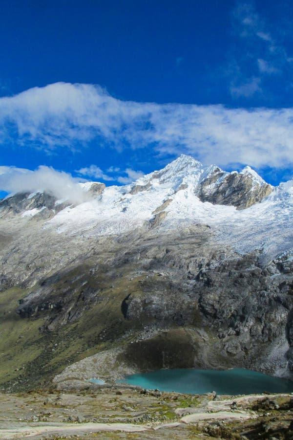 南部的安地斯范围和湖在智利 图库摄影