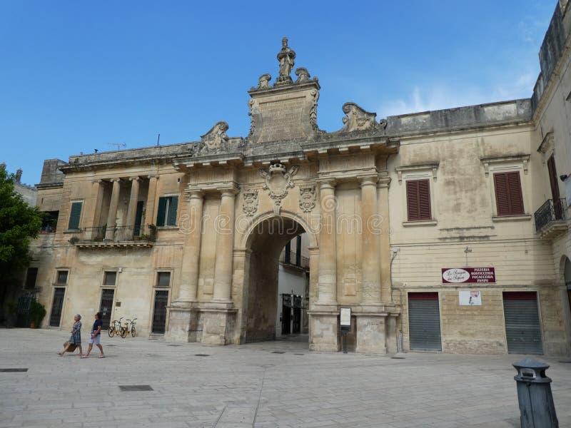 南部的意大利普利亚意大利意大利浪漫市墙壁门的全景莱切历史的市 库存图片