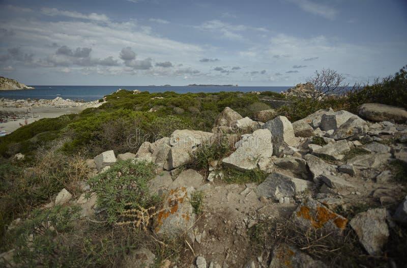 南部的撒丁岛海岸的贫瘠疆土 图库摄影