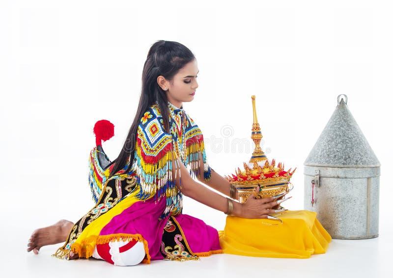 南部的泰国古典舞衣服的夫人接触头饰,为投入做准备她的头 免版税库存图片