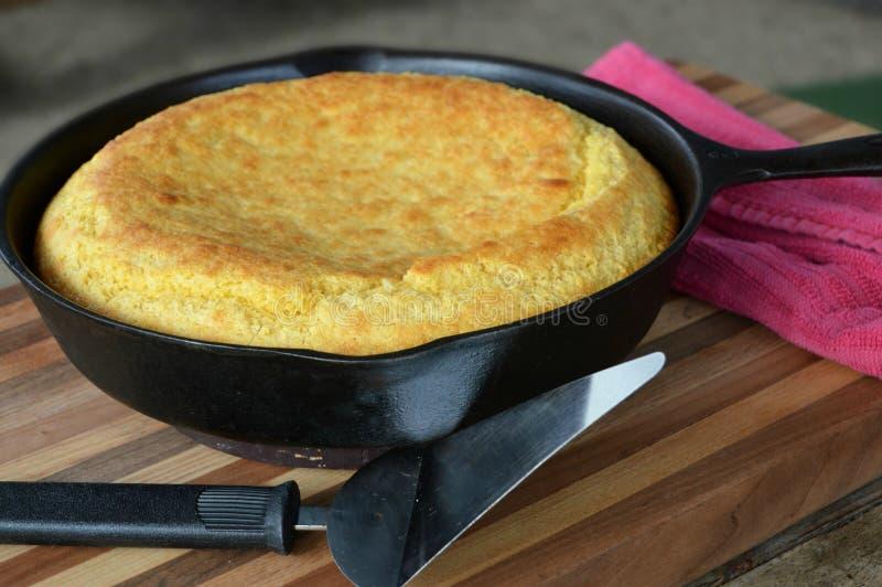 南部的生铁长柄浅锅玉米面面包 免版税库存图片