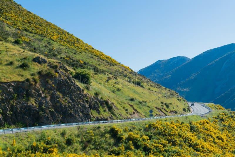 南部的高山阿尔卑斯山和在亚瑟` s的路边通过国家公园新西兰 库存照片