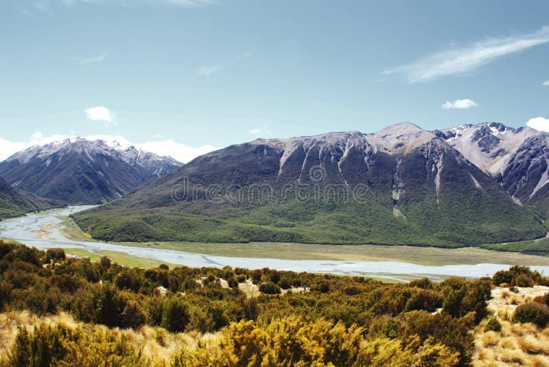南阿尔卑斯山和Waimakariri河,在亚瑟的通行证附近 图库摄影