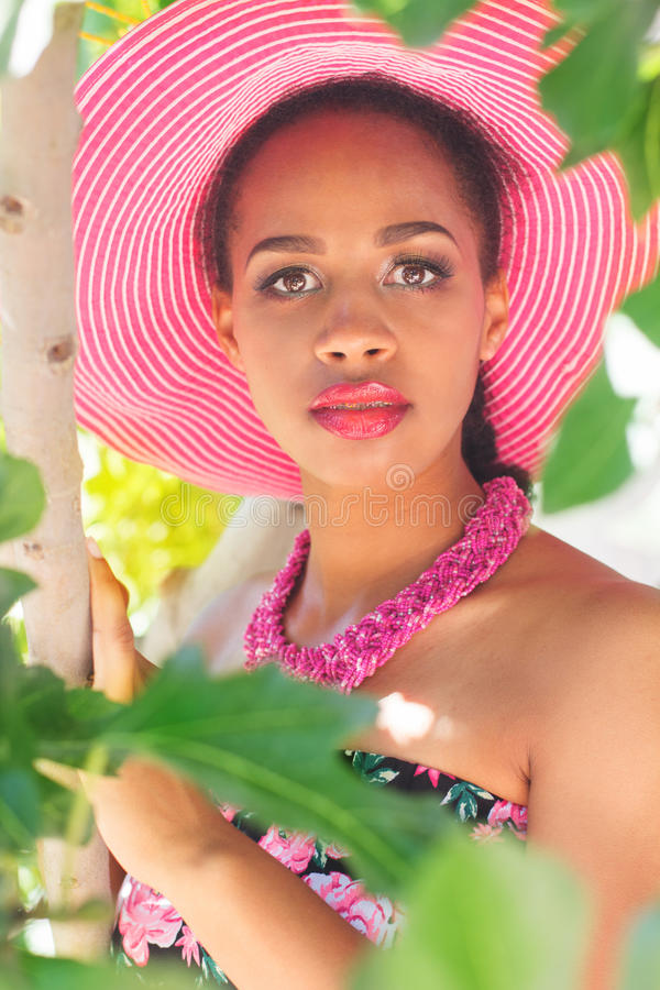 南非女孩戴桃红色帽子以绿色 免版税库存照片