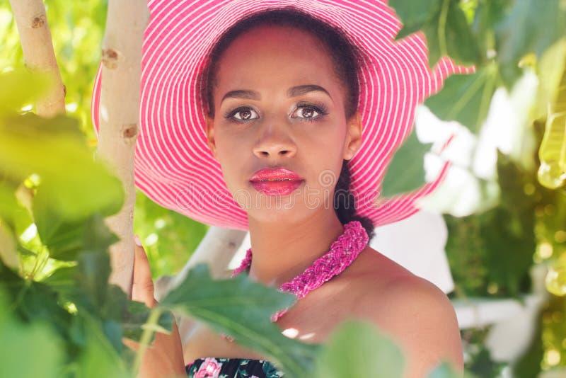 南非女孩戴桃红色帽子 库存图片