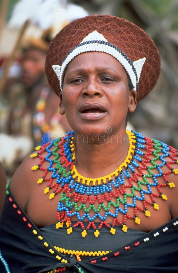 南非:跳舞和显示他们文化传统的祖鲁族人妇女 图库摄影