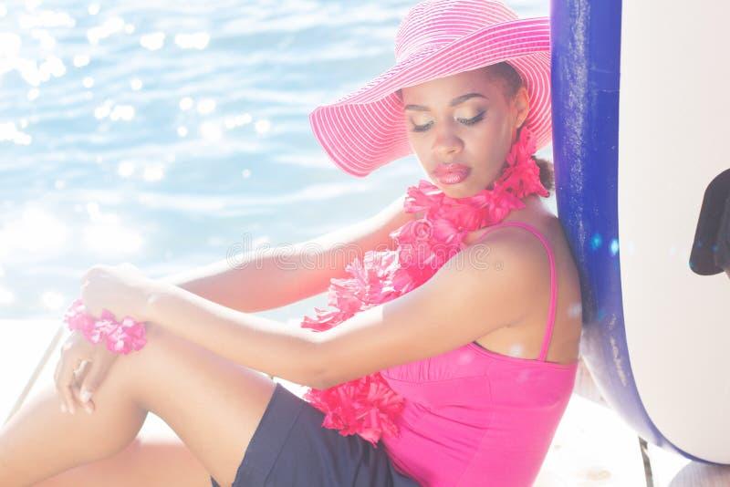南非黑人皮肤女孩戴桃红色帽子 免版税库存照片