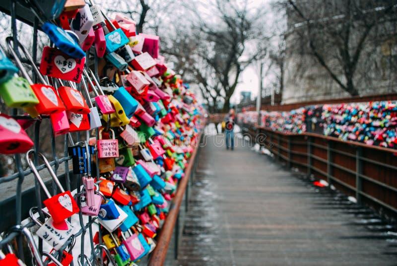 南KOREA-26 2017年1月:在冬天期间,数千五颜六色的爱沿木步行道路挂锁 免版税图库摄影