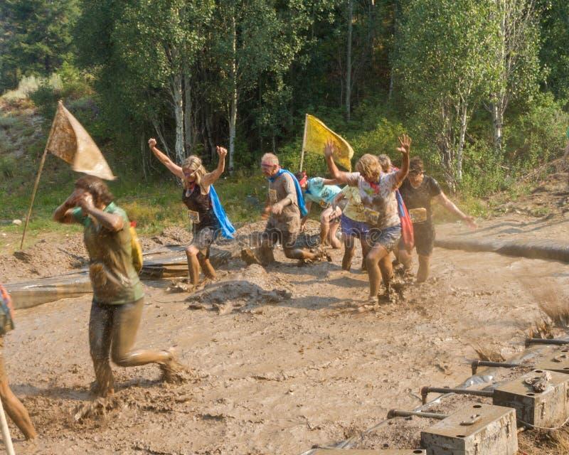 博伊西, IDAHO/USA - 8月10日:赛跑通过泥的小组赛跑者开采在肮脏的破折号在博伊西, 20的8月10日,爱达荷 免版税图库摄影
