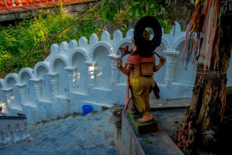 博克拉,尼泊尔双十国庆, 2017年:关闭扔石头的雕象在台阶的onse边位于Gupteshwor Mahadev 库存图片