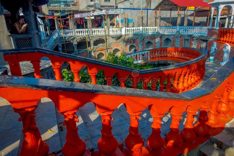 博克拉,尼泊尔双十国庆, 2017年:未认出的人民走的dowstairs和在楼上在Gupteshwor Mahadev,尼泊尔里面 免版税库存图片