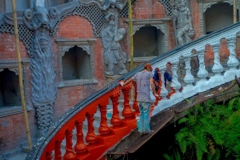 博克拉,尼泊尔双十国庆, 2017年:绘有红色的未认出的人民台阶在Gupteshwor,尼泊尔里面 库存照片
