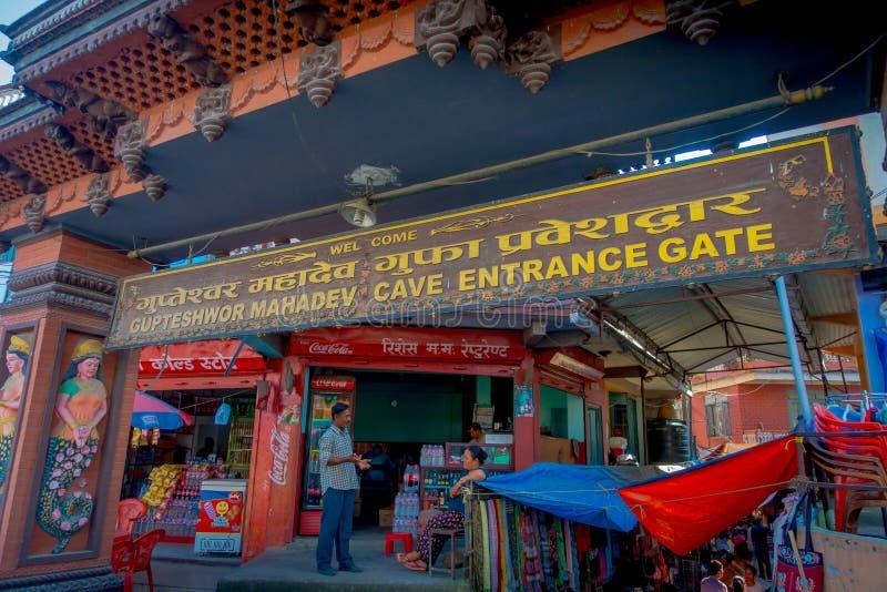 博克拉,尼泊尔双十国庆, 2017年:Tapkeshwar Mahadev寺庙输入的未认出的人在Dehra Dun是一个  免版税库存图片