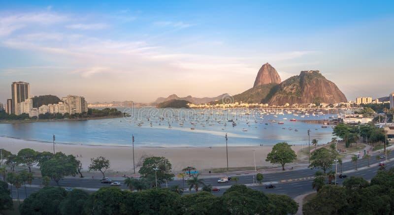 博塔福戈、瓜纳巴拉湾和老虎山山-里约热内卢,巴西鸟瞰图与桃红色日落的 库存照片