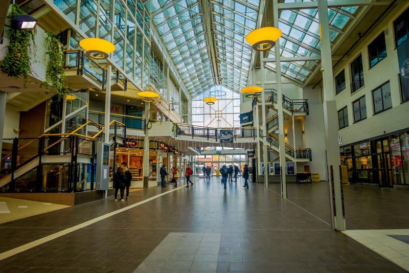 博多,挪威- 2018年4月09日:走在一个购物中心购物中心里面的室内观点的未认出的人民在博多市 免版税库存图片