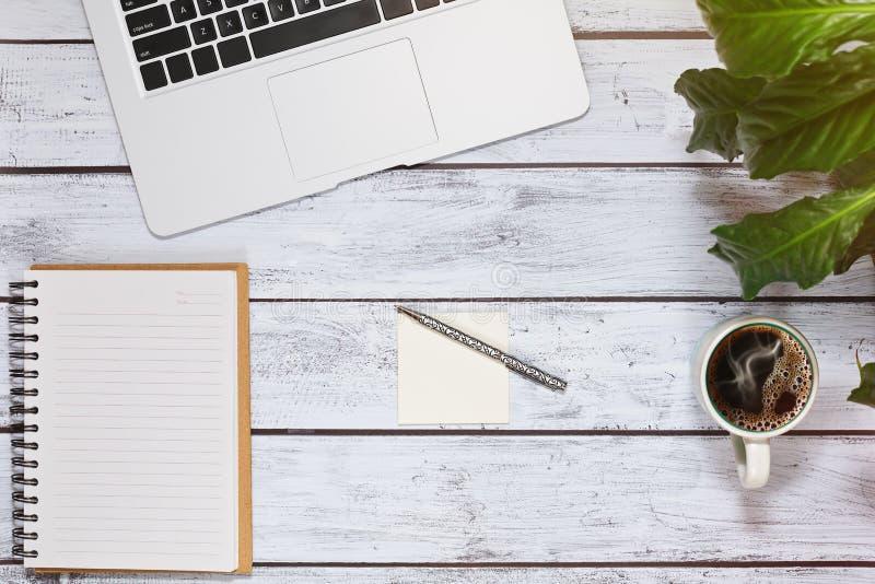 博客作者或新闻工作者工作场所概念顶视图 免版税图库摄影