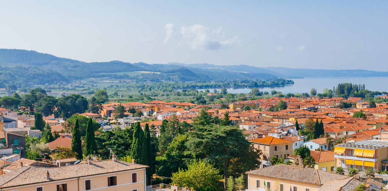 博尔塞纳,由湖博尔塞纳的意大利镇  免版税库存照片