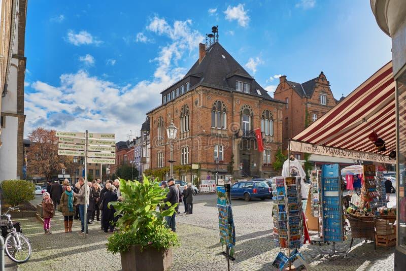 日�yaY�_博帕尔德,德国- 2016年11月06日:未认出的个体在市场和enoy a的教会
