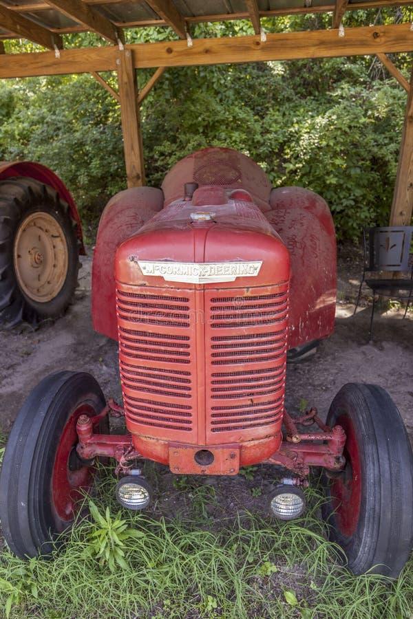 博恩霍尔种植园古老的拖拉机品牌奥利弗 库存照片