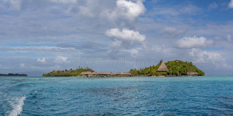 博拉博拉岛空中风景法属波利尼西亚overwater平房 免版税库存图片