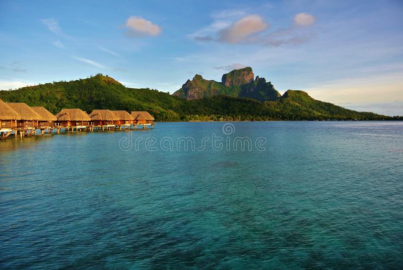 博拉博拉岛, Overwater平房登上Otemanu 免版税库存图片