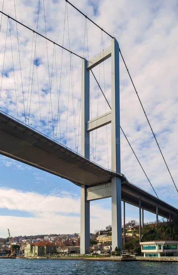 博斯普鲁斯海峡吊桥,伊斯坦布尔土耳其塔  免版税库存照片