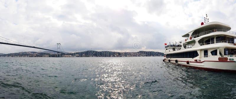 博斯普鲁斯海峡巡航是其中一个最佳的方式看它充分的荣耀的伊斯坦布尔 免版税库存照片