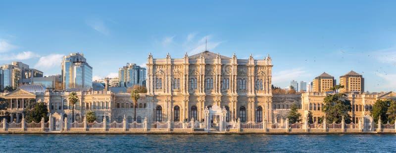 博斯普鲁斯海峡的宫殿 伊斯坦布尔,土耳其- 2018年12月8日 库存图片